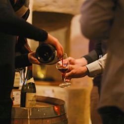 Visite des caves à vin secrètes du Louvre et création de vin avec un sommelier !